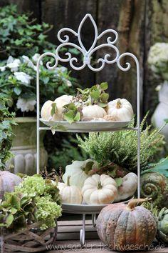 Gartendeko weißer Kuerbis auf Etagere