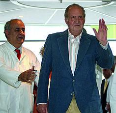 Don Juan Carlos y el Dr. Brugada, Director médico del Hospital Clínico de Barcelona.