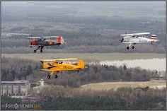 « Bücker Jungmann Staffel » von Helmut Adler / Spontanes Bücker Jungmann Treffen am Flugplatz Borkenberge. Begleitflugzeug war eine Cessna 172 mit ausgebauter Seitentür.