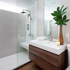 Kleine Badezimmer Renovieren Ideen 3 Modern Small Bathroom Ideas - Great Bathroom Renovation I Modern Small Bathrooms, Modern Bathroom Design, Contemporary Bathrooms, Bathroom Interior, Amazing Bathrooms, Bathroom Designs, Bathroom Remodeling, Budget Bathroom, White Bathroom
