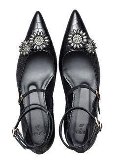 ogni anno crea moltissima attesa  le collaborazioni di H&M con i più noti designer del fashion system, come Kenzo, Balmain o Versace. E così sta accadendo anche con Erdem