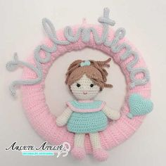 Crochê para vender – Ideias e receitas para lucrar com artesanato – Fashion Bubbles Crochet Baby Toys, Baby Girl Crochet, Crochet Dolls, Crochet Hats, Crochet Wreath, Crochet Diy, Filet Crochet, Crochet Animal Patterns, Stuffed Animal Patterns