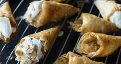 Cream Filled Phyllo Cones by Greek chef Akis Petretzikis. Super delicious little bites that are similar to cannoli's! Light Desserts, Cannoli, Greek Recipes, Cocktail Drinks, Biscuits, Paleo, Chocolate, Cream, Ethnic Recipes