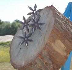 Сякэн (車剣) — метательное оружие в виде металлической звезды с лезвиями или шипами вместо «лучей», которое наиболее часто ассоциируется с ниндзя. Также известен вариант названия «сюрикэн» и разговорное «звёздочка».