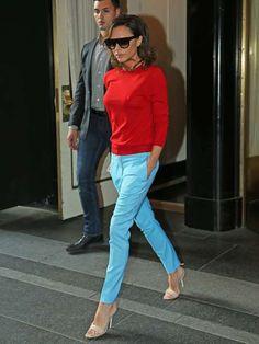 """Das Ex """"Spice-Girl"""" trägt hier einen roten Pullover mit Rundhalsausschnitt und eine hellblaue Hose. Anlässlich der EU-Wahl Englands, bricht sie ihren sonst eher schlicht gehaltenen Look mit knalligen Farben. Diese stehen für ihren Aufruf, England soll in der EU bleiben."""