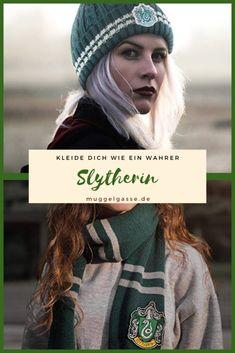 Kleide dich wie ein wahrer Slytherin – muggelgasse.de #geschenkidee #geschenk #gift #idea #harry #potter #harrypotter #muggelgasse #gryffindor #hufflepuff #ravenclaw #slytherin #hogwarts #magie #basteln #weihnachten Harry Potter Groups, Ravenclaw, Hogwarts, Emo, Nerdy, Gothic, Gift, Gifts, Goth
