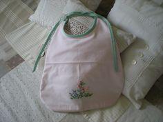 grand bavoir rose dragée brodé main doublé éponge blanche : Mode Bébé par nany-made
