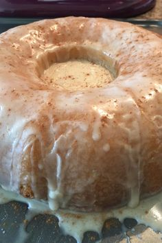 Cinnabon® Cinnamon Roll Cake Recipe This cake is just like the famous cinnamon roll! Cinnabon Cinnamon Roll Cake, Cinnabon Cake, Cinnamon Recipe, Cinnamon Roll Cakes, Cinnamon Roll Glaze, Cinnamon Muffins, Köstliche Desserts, Dessert Recipes, Easy Cake Recipes