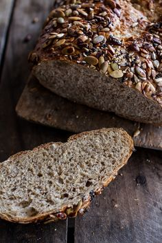 Seeded Whole Grain Breakfast Bread- look at all those seeds! Bread Machine Recipes, Bread Recipes, Cooking Recipes, Cooking Tips, Healthy Recipes, Multi Grain Bread, Whole Grain Bread, Pan Rapido, Charcuterie