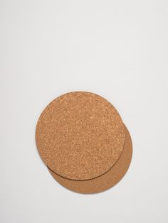 Now that the dining table is protected with this set of 4 small Layer Round Placemats in natural, you can move on to the other cork. The champagne.