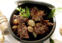 Uma receita muito saborosa para os grandes apreciadores de coelho à Caçadora. Rápida e fácil de fazer! http://www.receitasja.com/coelho-a-cacadora/