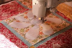 Free Motion Quilting with a Freezer Paper Template. Iron on the freezer paper to use as a guide when using free motion quilting. Patchwork Quilting, Crazy Quilting, Quilt Stitching, Free Motion Quilting, Quilting Tips, Quilting Tutorials, Quilting Projects, Longarm Quilting, Diy Quilting Templates
