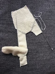 CHAQUETA BEBÉ, tejido dos agujas. ( Baby jacket, knitted ) TUTORIAL Baby Vest, Baby Cardigan, Poncho With Sleeves, T Bar Shoes, Plus And Minus, Knitted Baby Clothes, Learn How To Knit, Easy Knitting, Baby Girl Dresses