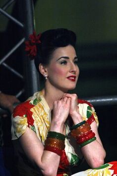 Candid of Dita Von Teese. Her outfit is not only perfect, but look at those Bakelite bangles! Dita Von Teese Burlesque, Dita Von Teese Style, Fashion Mode, 1940s Fashion, Vintage Fashion, Mode Vintage, Vintage Girls, Vintage Style, Pin Up Style
