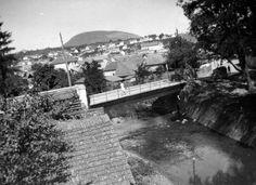 1938. Eger, Eger-patak a Knézich Károly utcai hídnál, háttérben a Nagy-Eged hegy.