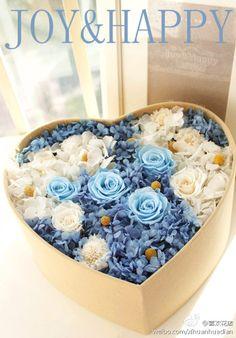 """蓝,用靛青染成的颜色,晴天天空的颜色。北京的晴空透出这种蓝只在秋天的偶尔。云南,却常常。这盒特别订制的加大码永生花盒就叫""""BLUE"""",订花的男人等在昆明,等着带这一片BLUE去更深远幽静的云南深处送你。"""