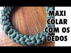 MAXICOLAR EM FIO DE MALHA - CROCHÊ COM OS DEDOS! - YouTube Yarn Necklace, Fabric Necklace, Fabric Jewelry, Crochet Necklace, Jewelry Knots, Jewelry Crafts, Macrame Colar, Diy Jewelry Inspiration, Crochet Collar
