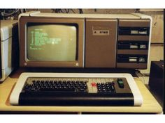 Alter Computer, British Broadcasting Corporation, Socialist State, Central And Eastern Europe, History Images, Old Computers, East Germany, Berlin Wall, Life Pictures