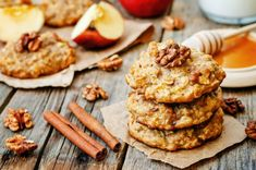 These apple and honey oat cookies are just the thing to please young and old at your holiday table. In addition to being gluten free, these cookies are also vegan. Apple Cookies, Walnut Cookies, Cinnamon Cookies, Oat Cookies, Cookies Et Biscuits, Apple Cake, Honey Recipes, Gluten Free Recipes, Easy Recipes