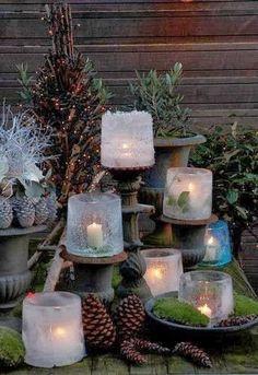 Décorez votre extérieur avec de simples bougies blanches et des pommes de pins bombées à la neige artificielle pour un réveillon scintillant et une ambiance chaleureuse