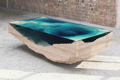 Christopher Duffy ze studia Duffy London vytvořil stůl pojmenovaný The Abyss Table, který napodobuje oceánské hlubiny několika vrstvami dřeva a skla...
