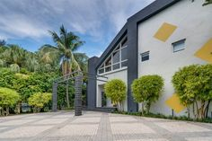Vea esta casa de lujo situada en 1833 W 24 ST Miami Beach Florida. Sotheby's International Realty le ofrece información detallada sobre listados de propiedades en 1833 W 24 ST Miami Beach Florida Estados Unidos.