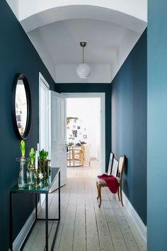 Flur Einrichten Wandfarben Blau Petrol Weiß Altbau Dielenboden Konsole  Stühle Einrichten Dekorieren Wohnen Interior Design Blog
