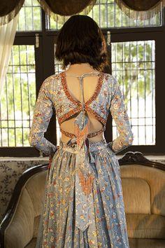 New Saree Blouse Designs, Fancy Blouse Designs, Blouse Neck Designs, Kurta Designs, Indian Blouse Designs, Blouse Patterns, Dress Indian Style, Indian Fashion Dresses, Indian Designer Outfits
