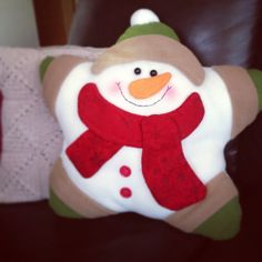 Almohada Navideña Christmas Sewing, Christmas Crafts, Christmas Decorations, Holiday Decor, Christmas Baubles, Christmas Stockings, Christmas Holidays, Christmas Cushions, Snowman Crafts