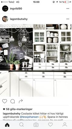 Griffeltavla/grafisk tapet lättar upp det lantliga så det inte blir för romantiskt. Här har vi ett bra exempel på industrichick med grafiska inslag. Sjukt genomarbetad propping (som täcker hela sitt utrymme) i alla öppna skåp blir som en fröjd för ögat och helheten. Kitchen Cabinets, Kitchen Appliances, Future House, House Plans, Apartment Ideas, Home Decor, Diy Kitchen Appliances, Home Appliances, Decoration Home