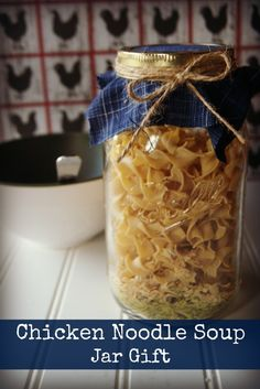 This chicken noodle soup in a jar is a great make ahead meal that can be given to anyone as a get well gift. It is also great for food storage. gift in a jar Chicken Noodle Soup in a Jar: a Cheap Healthy Meal Dry Soup Mix, Soup Mixes, Food Storage, Mason Jar Mixes, Diy Cadeau Noel, Pots, Get Well Gifts, Edible Gifts, Diy Food Gifts
