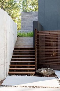 outdoor design architecture for residential home: wooden staircase and wooden privacy screen with cement wall(it) Architecture Details, Landscape Architecture, Landscape Design, Garden Design, Landscape Stairs, Garden Stairs, Exterior Stairs, Outdoor Stairs, Outdoor Furniture Design