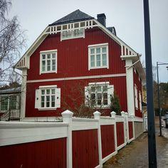 Mummonmökkimäisen romanttisen punavalkovärityksen valitseminen taloonsa on usein suosittua. Ihmekö tuo kun se vie ajatukset perinteisiin maalaistalomiljöisiin.  Arvokkaammissa kaupunkimiljöissä se osuu kuitenkin historiallisesti harvemmin kohdilleen. Kaupunkien porvarit kun halusivat nimenomaan erottua talonpoikaisrakentamisesta puukoristeilla ja keittomaaleja arvokkaampien öljymaalien käyttämisellä. Tämänkin komean jugendrakennuksen kohdalla on vaikea uskoa nykyvärityksen olevan…