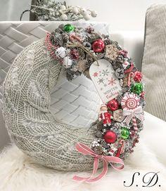 Karácsonyi kopogtató ajtódísz Christmas Advent Wreath, Christmas Verses, Christmas Deco, Outdoor Christmas, Christmas And New Year, Merry Christmas, Burlap Wreath, Holiday Decor, Crafts