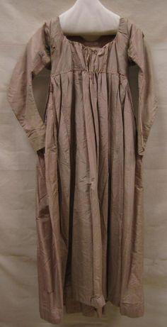 Periode circa 1797-1800 Beschrijving Japon, zogenaamde 'robe tunique', van roze met bruin gestreepte zijde Japon, zogenaamde 'robe tunique', van roze met bruin gestreepte zijde Instelling Gemeentemuseum Den Haag Objectnummer 0634020