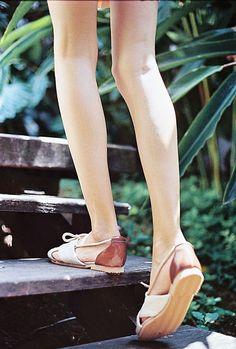"""Sandália rasteira, vegana, sem nenhum uso de materiais com origem animal. Ecológica, feito com matérias-primas recicladas (confira os detalhes na aba """"do que é feito""""). Super macia e com muita espuma, o que garante conforto para um dia inteiro de caminhada!Nossas formas e numerações seguem o padrão do mercado, ou seja, se você calça sempre 35, nosso 35 vai lhe servir com certeza.O frete é grátis para as regiões Sul, Sudeste e Centro-Oeste do Brasil, nas compras acima de R$ 185,00._E..."""