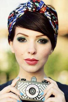 kurze schwarze haare, buntes haartuch, rosa lippenstift, himmelblauer nagellack