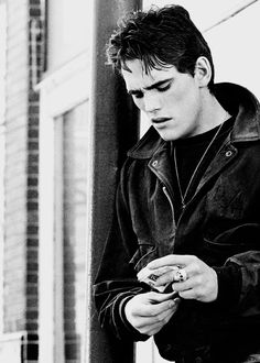 Dally Winston - The Outsiders. I was in love with Matt Dillon from my early teens. Then I saw him in The Outsiders and he became an obsession. My Raoul Die Outsider, Young Matt Dillon, The Outsiders 1983, Matt Dillon The Outsiders, Dallas Winston, Ralph Macchio, Darry, Cute Guys, Bad Boys
