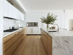 Modern Kitchen marble and wood kitchen Kitchen Room Design, Best Kitchen Designs, Home Decor Kitchen, Interior Design Kitchen, New Kitchen, Kitchen Ideas, Kitchen Wood, Kitchen White, Modern Interior