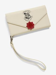 BoxLunch is hooking you up with the fan favorites you can't get anywhere else with our Harry Potter collection. Sac Harry Potter, Harry Potter Hogwarts Letter, Objet Harry Potter, Estilo Harry Potter, Harry Potter Phone Case, Harry Potter Jewelry, Theme Harry Potter, Harry Potter Outfits, Harry Potter Universal