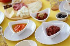 Masada göründüğü gibi biz pek severiz kahvaltılık sosları.Kolay ve lezzetli olanlarda tercihimiz.Mutlaka bu sosu deneyin sizde.   Sevgi...
