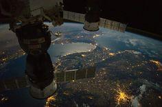 Imagen tomada desde la Estación Espacial Internacional el 16 de octubre de 2016 a las 00:58 UTC. En la zona inferior-derecha se puede ver a la ciudad de Madrid. Lisboa, la capital de Portugal, está ubicada del lado derecho cerca del borde. En la zona central-superior se encuentra el Estrecho de Gibraltar y el sur de España. Las costas del norte de Marruecos y Argelia son visibles en la zona superior e izquierda. Al momento de tomarse la imagen, la Estación Espacial Internacional se…
