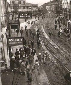 1951 / Zonguldak Şehrin tam ortasından geçen ve taş kömürü taşıyan tren yolları. Fotoğrafçı, kart baskının arkasına fotoğrafın kullanılmaması halinde Washington-da verdiği adrese geri gönderilmesini rica ettiği bir not düşmüş.