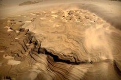 Denemarken heeft zijn eigen 'woestijn' Rabjerg Mile,en deze zandduin ligt in het noordelijkste puntje van noord Jutland tussen Skagen en Frederikshavn. Het heeft de dag ervoor flink geregend en nu stormt het flink, zodat de natuur dit soort vormen ach... - Noord Jutland, Denemarken   Columbus Travel