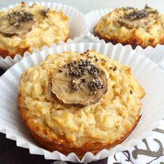 Tvarohovo-ovesné muffiny s chia semínky a banánem by @celiaxmoni  Ingredience : 2 x vejce 1 lžíce kokosového oleje (tekutý) 1 x měkky tvaroh (kostka) 150 g ovesné mouky (ovesné vločky na jemno) med dle chuti lžíčka kypřícího prášku hrozinky banán chia semínka  Postup : Vejce vyšleháme s medem do pěny. Přidáme olej, mouku, měkký tvaroh a prášek do pečiva. Promícháme a přidáme hrozinky. Naplníme formy do 3/4, ozdobíme banánem a chia semínky, a vložíme do předehřáte trouby (190°C) na 20 minut.