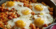 Egyszerű és laktató fogás ez az egytepsis, sült édesburgonya, amit gyönyörű, remegős tetejű tojások díszítenek. Egg Recipes, Chicken Recipes, Snack Recipes, Camping Recipes, Snacks, Vegetarian Hash, Egg Drop, Whole 30 Breakfast, Sweet Potato Hash