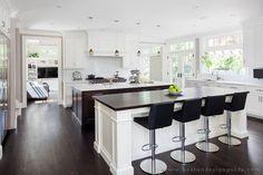 ruime keuken met kookeiland en bar.