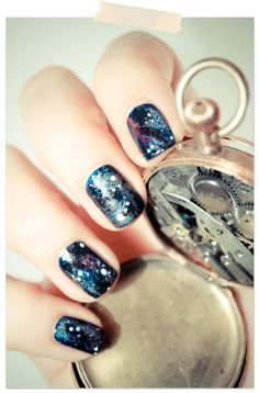 Why can't this blog be in english! These are the most perfect galaxy nails I've ever seen and I can't understand the tutorial. :( Sadness!