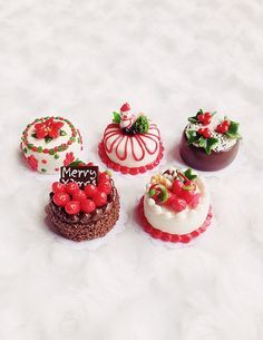 Miniature Christmas Cake, Bakery for Doll' s house Collection, polymer clay cake Miniature Crafts, Miniature Christmas, Miniature Food, Miniature Dolls, Polymer Clay Cake, Polymer Clay Miniatures, Polymer Clay Charms, Polymer Clay Christmas, Doll Food