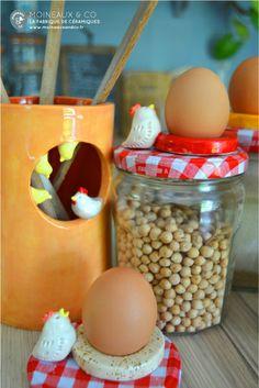Pot à ustensiles et beurrier poule Moineaux & Co. Retrouvez toute la collection sur notre boutique en ligne www.moineauxandco.fr.